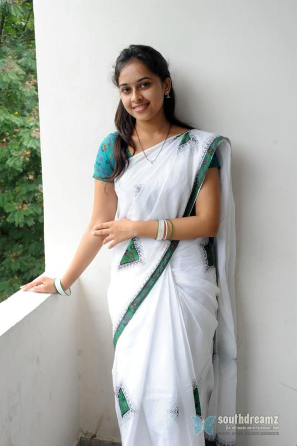 sexy tamil actress sri divya hot half saree photos 10 586x880 Varuthapadatha Valibar Sangam review