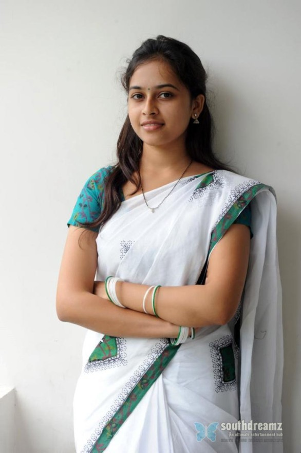 sexy tamil actress sri divya hot half saree photos 11 586x880 Varuthapadatha Valibar Sangam review