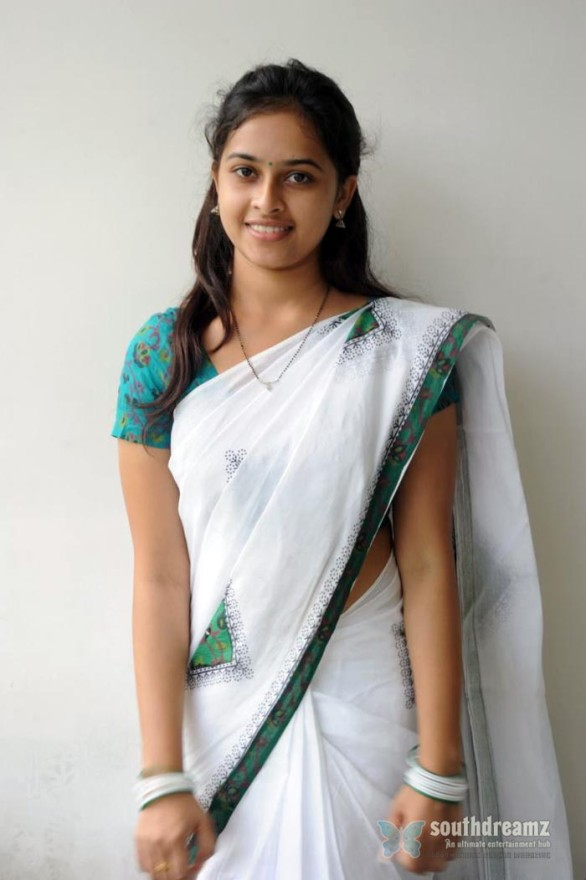 sexy tamil actress sri divya hot half saree photos 8 586x880 Varuthapadatha Valibar Sangam review