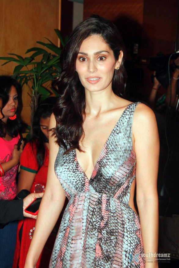 bollywood-model-actress-bruna-abdullah-cleavage-show-1
