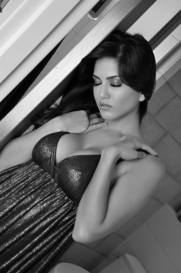indian adult star sunny leone sexy photos 3 586x882 Adult star in Black and Blue