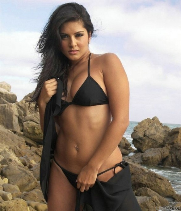 indian adult star sunny leone sexy photos 6 586x683 Adult star in Black and Blue